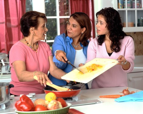 17044-hispanic-women-preparing-food-or